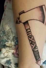 死神鐮刀紋身圖案 男生手臂上死神鐮刀紋身圖案