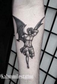 纹身守护天使 男生手臂上黑色的天使纹身图片