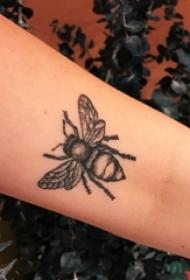 小蜜蜂紋身 女生手臂上小蜜蜂紋身動物圖案