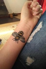 小蜜蜂紋身 女生手臂上小蜜蜂紋身可愛圖案