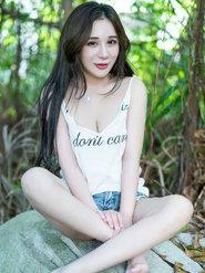 清纯平安彩票app陈嘉瑶Yomi最新户外写真简单T恤穿出女神范
