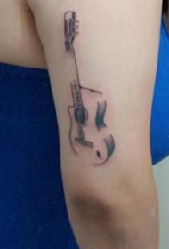 手臂纹身素材 女生手臂上黑色的吉他纹身图片