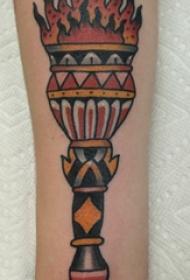 手臂纹身素材 女生手臂上彩色的火炬纹身图片