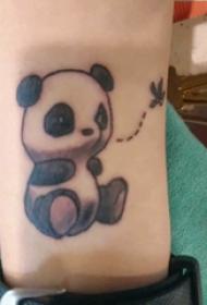 手臂纹身素材 男生手臂上黑色的熊猫纹身图片