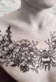 紋身鎖骨女 女生鎖骨上蜜蜂和花朵紋身圖片