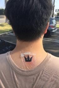 颈部纹身设计 男生颈部黑色的皇冠纹身图片