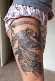 死神鐮刀紋身圖案 女生大腿上黑色的死神鐮刀紋身圖片