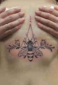 女生胸下紋身 女生胸部幾何和蜜蜂紋身圖片