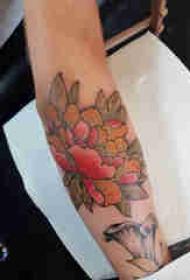 植物紋身 男生手臂上彩色的牡丹紋身圖片