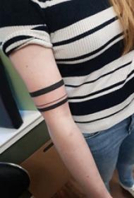 手臂纹身素材 女生手臂上黑色的臂环纹身图片