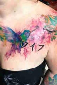 肩膀简约纹身 女生肩部花朵和蜂鸟纹身图片