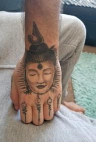 手背纹身 男生手背上黑色的佛像纹身图片