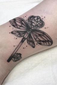 蜻蜓纹身图案 女生小腿上蜻蜓纹身图案