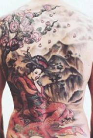 后背紋身男 男生后背上大樹和藝妓紋身圖片