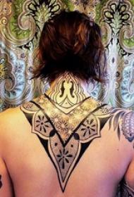 纹身后背女 女生后背上黑色的部落纹身图片