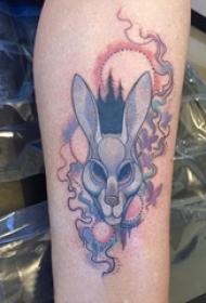 小动物纹身 女生手臂上彩色的兔子纹身图片