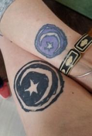 幾何元素紋身 情侶手臂上星星和月亮紋身圖片
