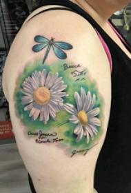 小清新植物纹身 女生大臂上蜻蜓和花朵纹身图片