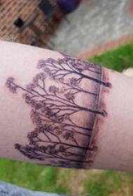 植物纹身 女生手臂上黑色的臂环纹身图片