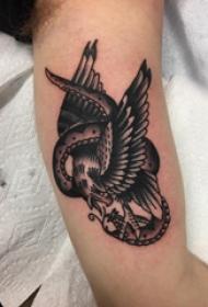 老鷹和蛇紋身圖案  女生手臂上老鷹和蛇紋身圖片