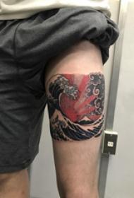 纹身海浪  男生手臂上彩色的海浪纹身图片