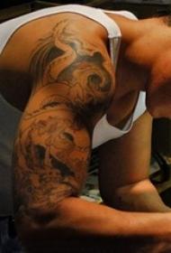 纹身师电影  电影人物手臂上彩绘的龙纹身图片