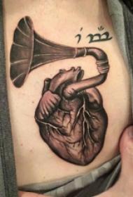 心脏纹身 男生锁骨下心脏纹身图片