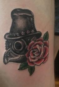 大腿 纹身图案  女生大腿上面具和花朵纹身图片