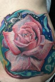 侧腰纹身女 女生侧腰上娇艳的玫瑰纹身图片