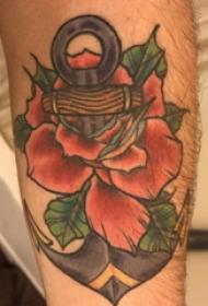 欧美船锚纹身  男生 手臂上船锚和花朵纹身图片