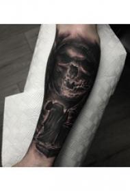 死神小臂紋身  男生小臂上黑灰色的死神紋身圖片