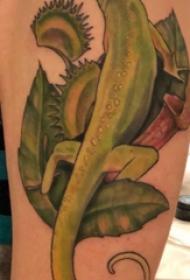 蜥蜴紋身圖案 男生大臂上植物和蜥蜴紋身圖片