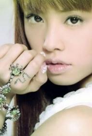 蔡依林紋身圖片  明星手指上黑色的蛇紋身圖片