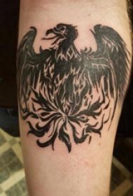 纹身火凤凰 男生手臂上黑色的凤凰纹身图片