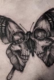 胸部纹身男 男生胸部骷髅和蝴蝶纹身图片