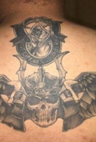 骷髅纹身  男生后背上骷髅和翅膀纹身图片