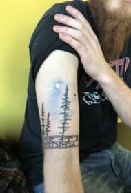 風景紋身  男生手臂上彩繪樹和月亮紋身圖片