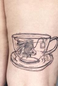 极简线条纹身 女生大腿上杯子里的金鱼纹身图片