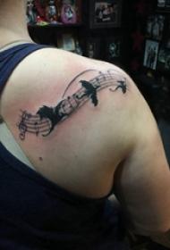 女生后背纹身图 女生后背上黑色的音符纹身图片