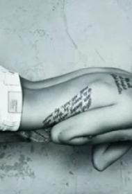 国际纹身明星   Megan Fox后背上黑色的英文纹身图片