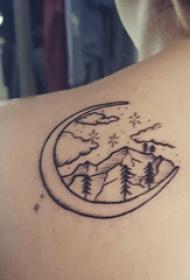 極簡線條紋身 女生后背上月亮和山脈紋身圖片