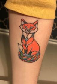 百乐动物纹身 男生手臂上彩色的小狐狸纹身图片