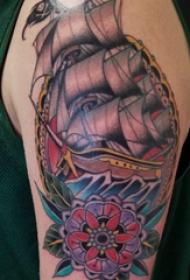 双大臂纹身 男生大臂上花朵和帆船纹身图片