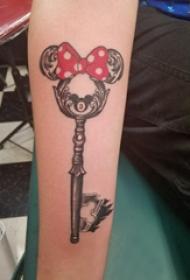 钥匙纹身图案 女生手臂上蝴蝶结和钥匙纹身图片