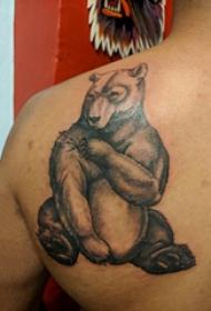 胖熊纹身 男生后背上黑色的熊纹身图片