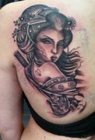 人物肖像紋身 女生后背上花朵和藝妓紋身圖片