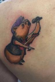纹身卡通 男生后背上唱歌的小熊纹身图片