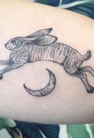 小动物纹身 女生小腿上月亮和兔子纹身图片