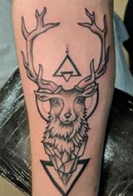 手臂紋身素材 男生手臂上三角形和鹿紋身圖片