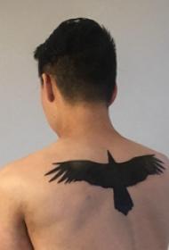 动物纹身轮廓 男生后背上黑色的老鹰纹身图片